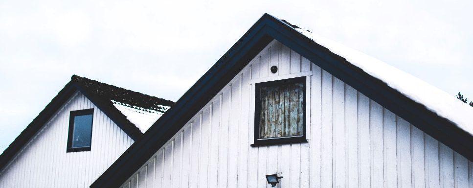 Rechtsanwalt für Baurecht - Altes Haus mit Schnee auf dem Dach